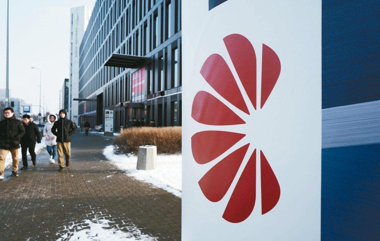 華為在波蘭華沙當地的辦事處,門前清楚可見華為的商標。 (路透)