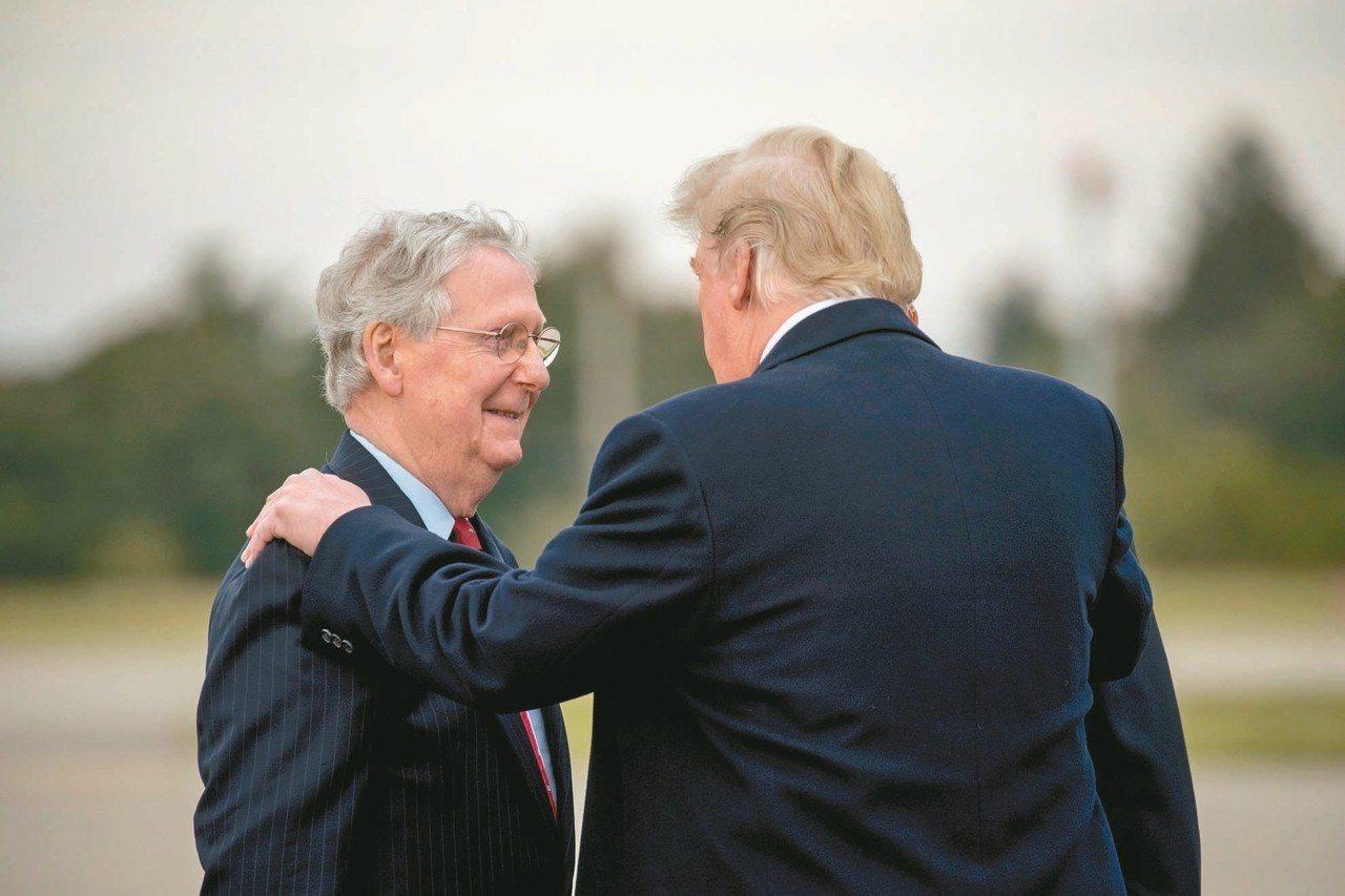 麥康諾(左)力挺川普(右),主要著眼於有利自己連任。 (美聯社)