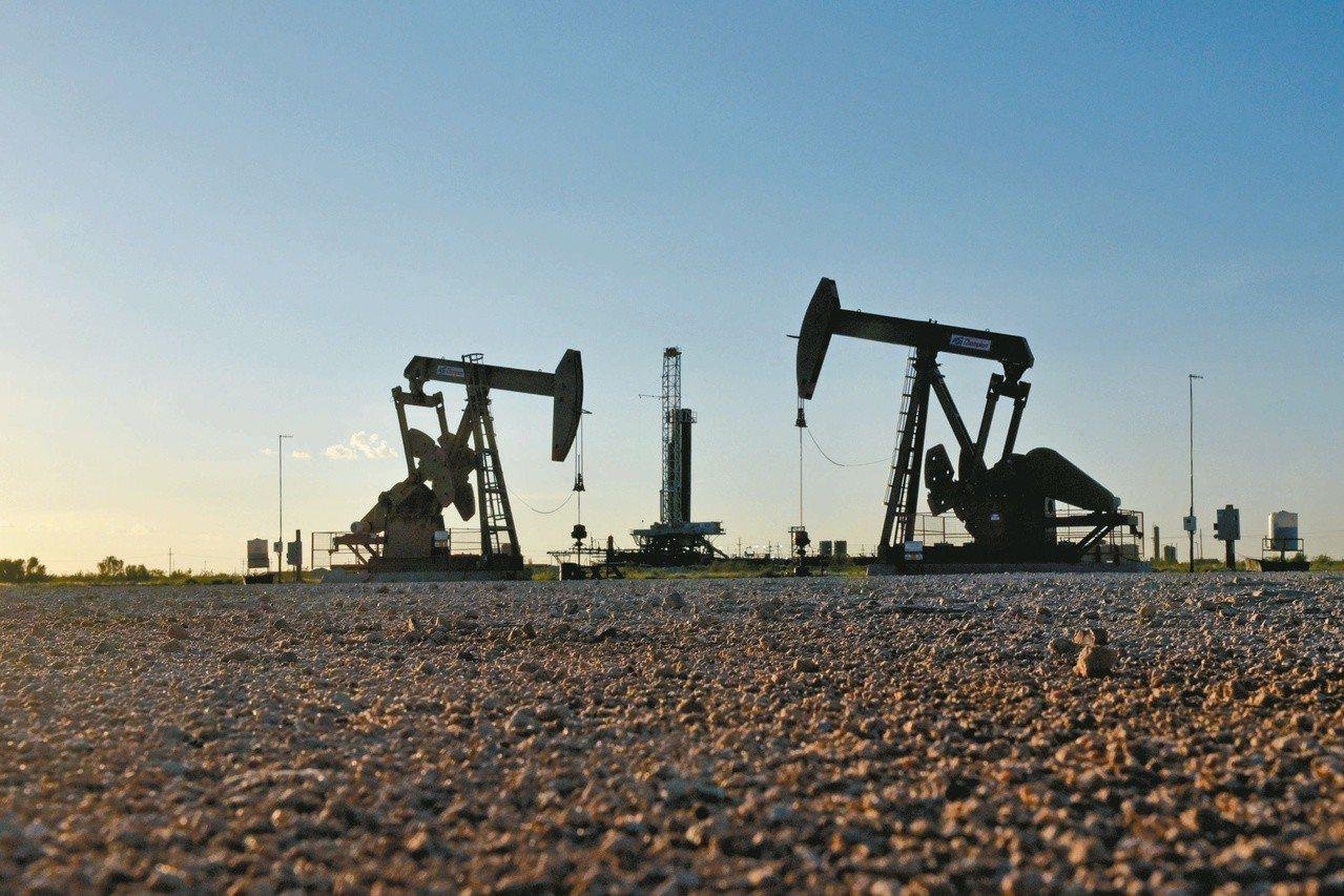 阿曼石油部長認為,今年平均油價每桶上看七十美元。 (路透)