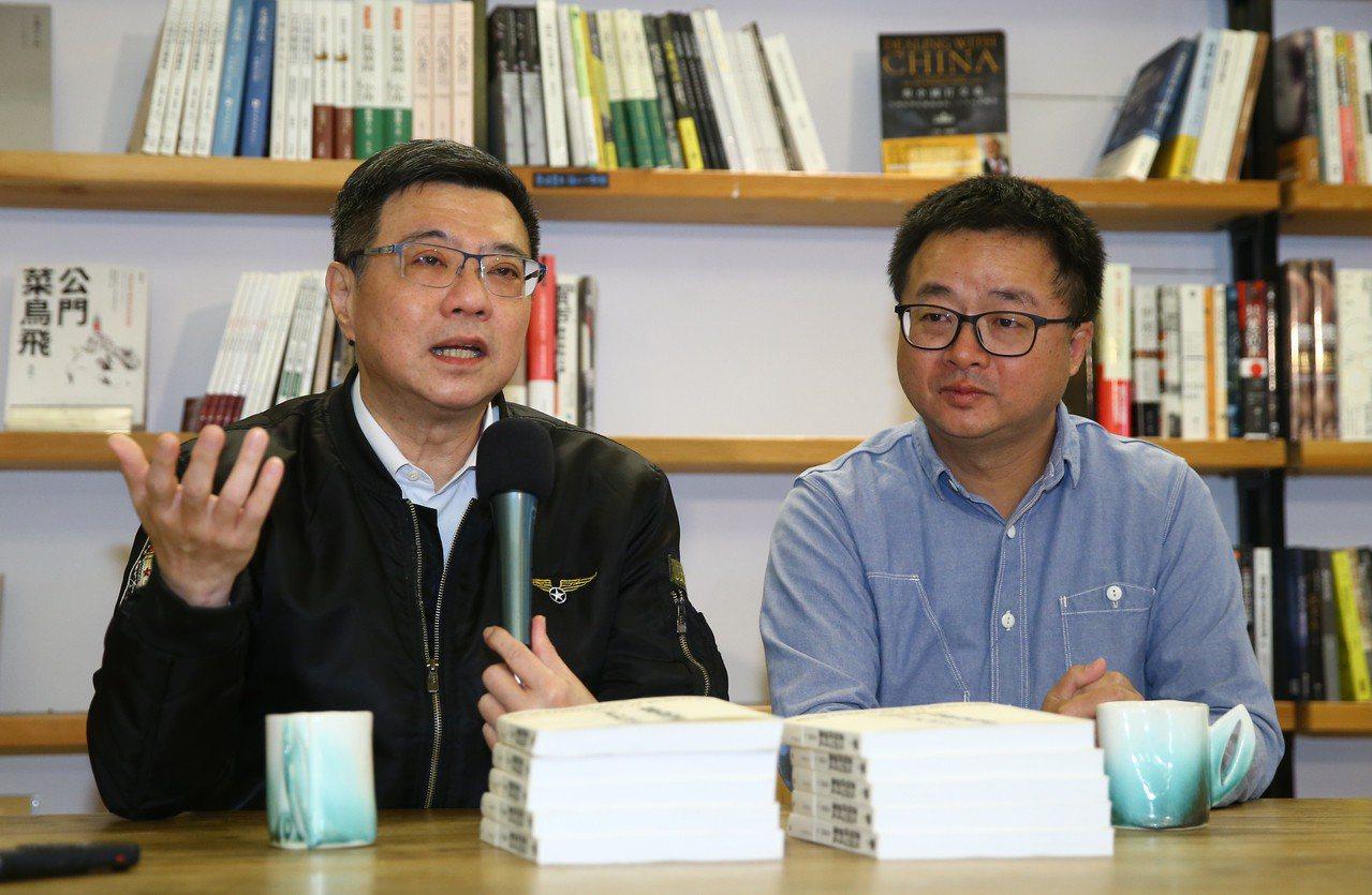 卓榮泰(左)宣布邀請前立委羅文嘉(右)擔任黨秘書長。 聯合報系資料照片/記者曾學...