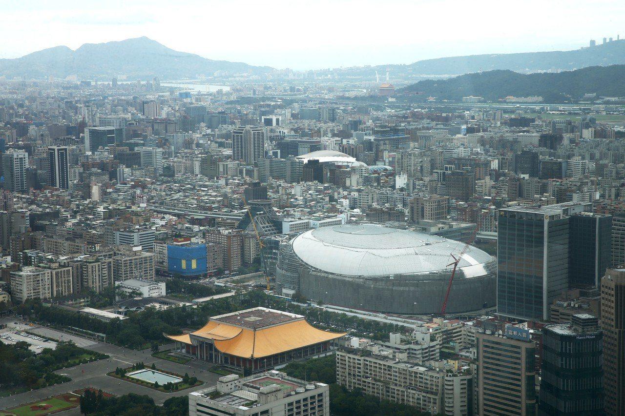 俯瞰大巨蛋,屋頂已將近鋪滿。圖/聯合報系資料照片