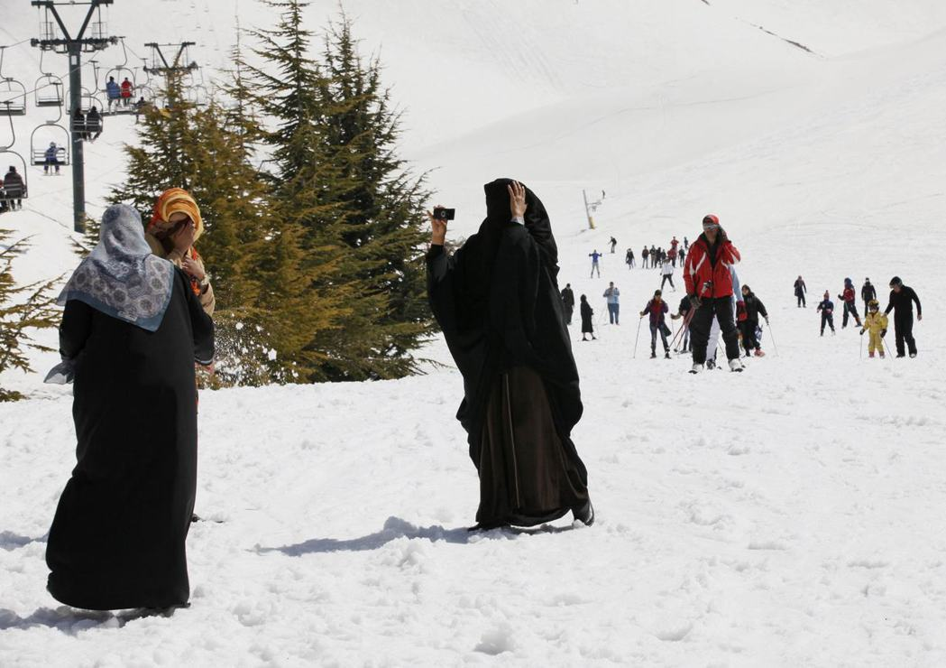 幾名沙烏地阿拉伯女子在黎巴嫩一處滑雪勝地玩雪。沙國女子要出國,必須徵得男性監護人...