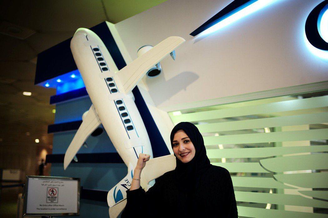 沙烏地阿拉伯女子達利雅.亞沙爾去年成為沙國第一個女性民航機機師,被當成宣傳樣板。...