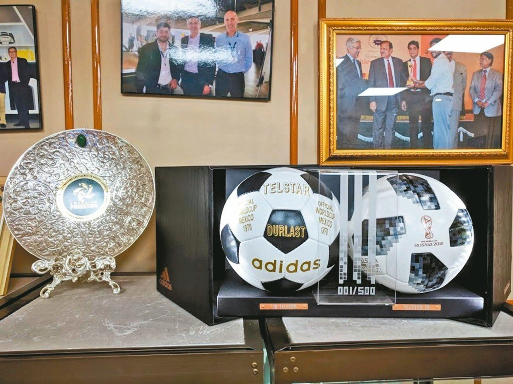 Forward Sports接待室擺放獎盤與鎮廠之寶-編號第一號的Telstar...