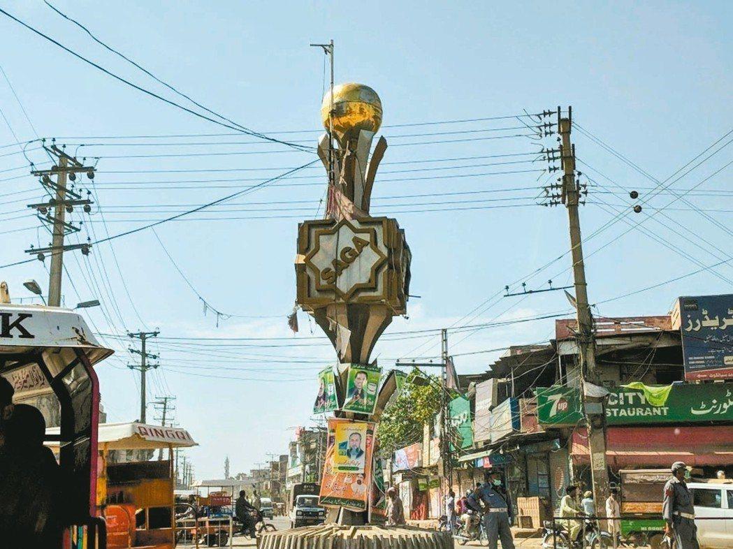 錫亞爾科特十字到路中矗立著金色足球的精神堡壘