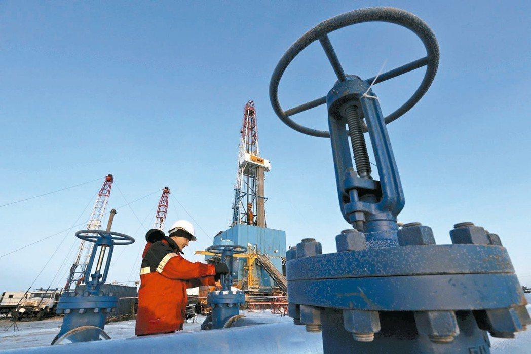 油價持續回升,今年平均油價每桶上看70美元。 路透