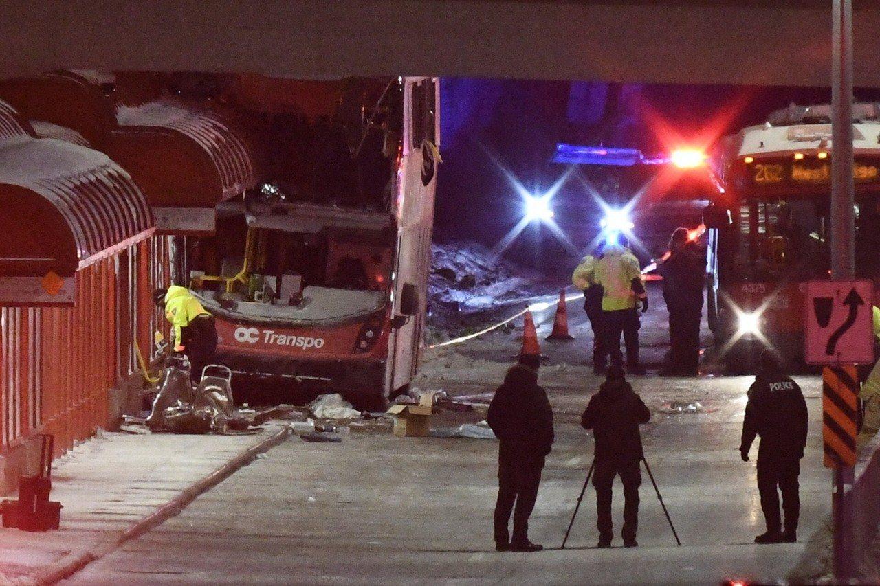 加拿大首都渥太華11日發生嚴重交通意外,一輛雙層巴士撞上公車候車亭,造成3人喪命...