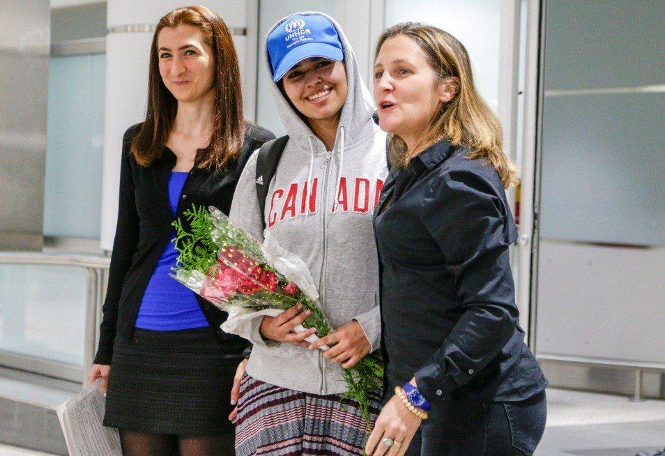 逃家並尋求海外庇護的18歲沙烏地阿拉伯少女奎農(中),今天「非常、非常開心」地抵...
