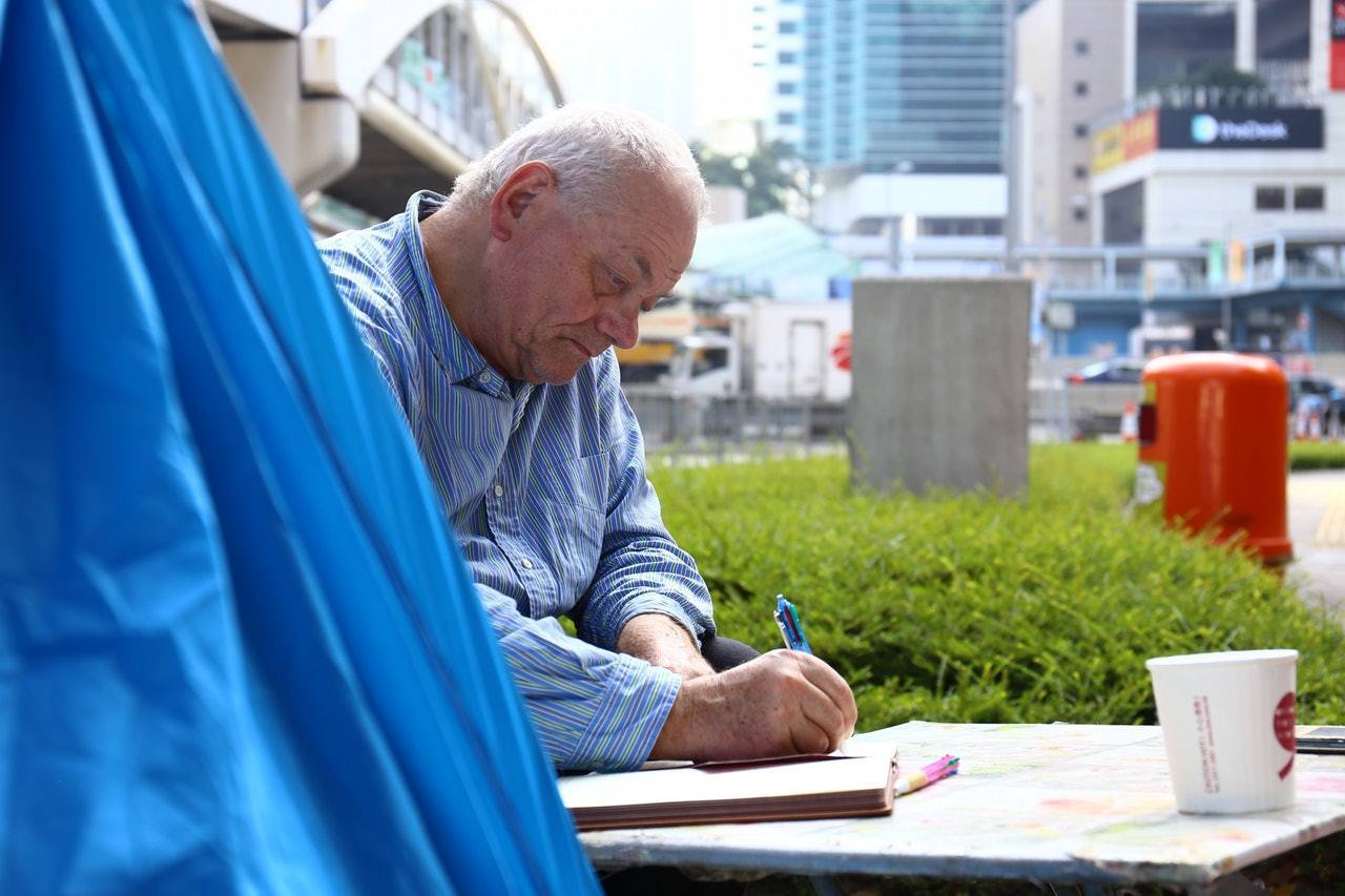 空閒時間,甘仔喜歡靜靜書寫日記。香港01記者魯嘉裕/攝影