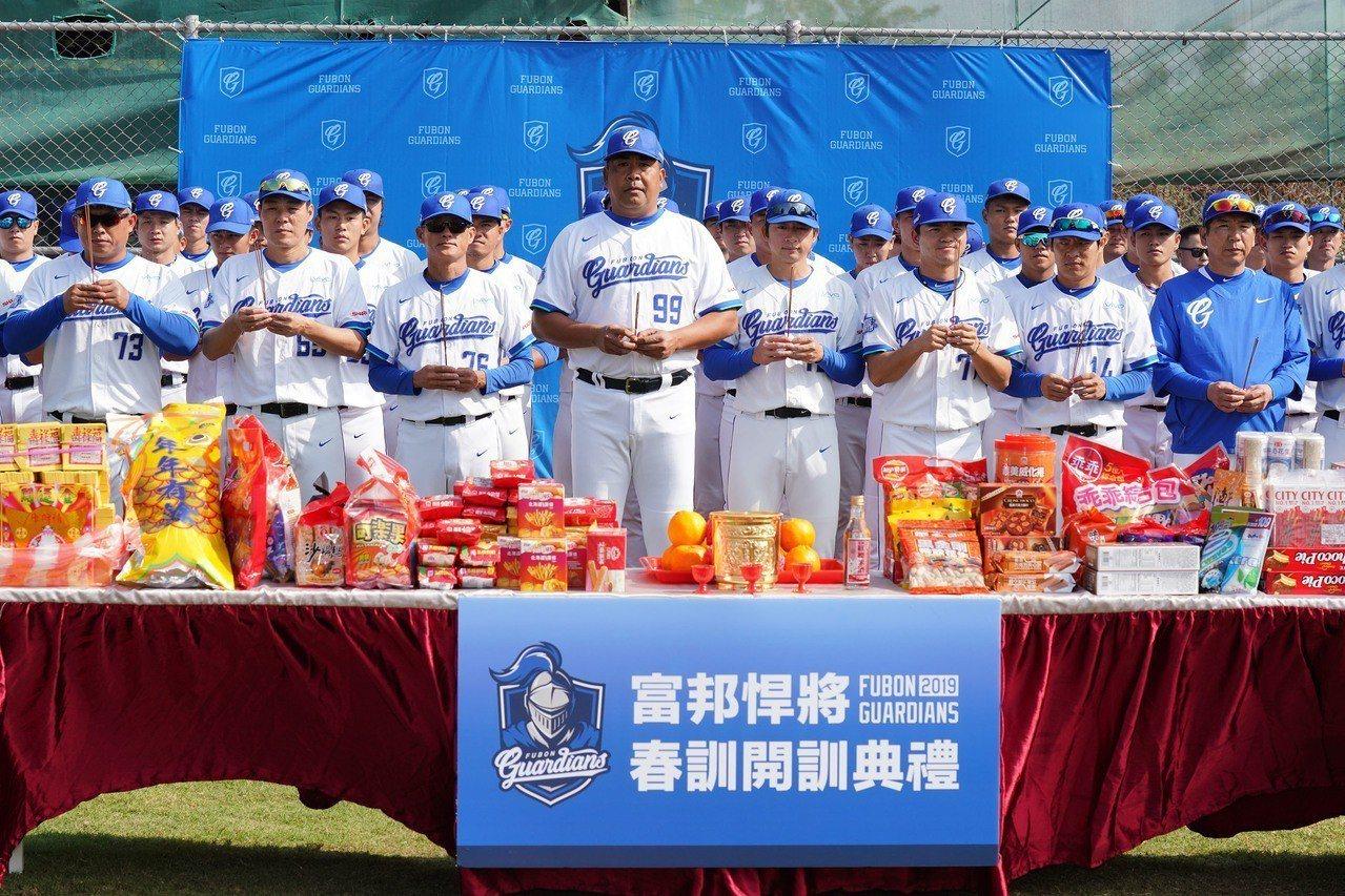富邦悍將春訓開訓典禮,陳連宏總教練率領全隊進行團拜。 富邦悍將隊提供