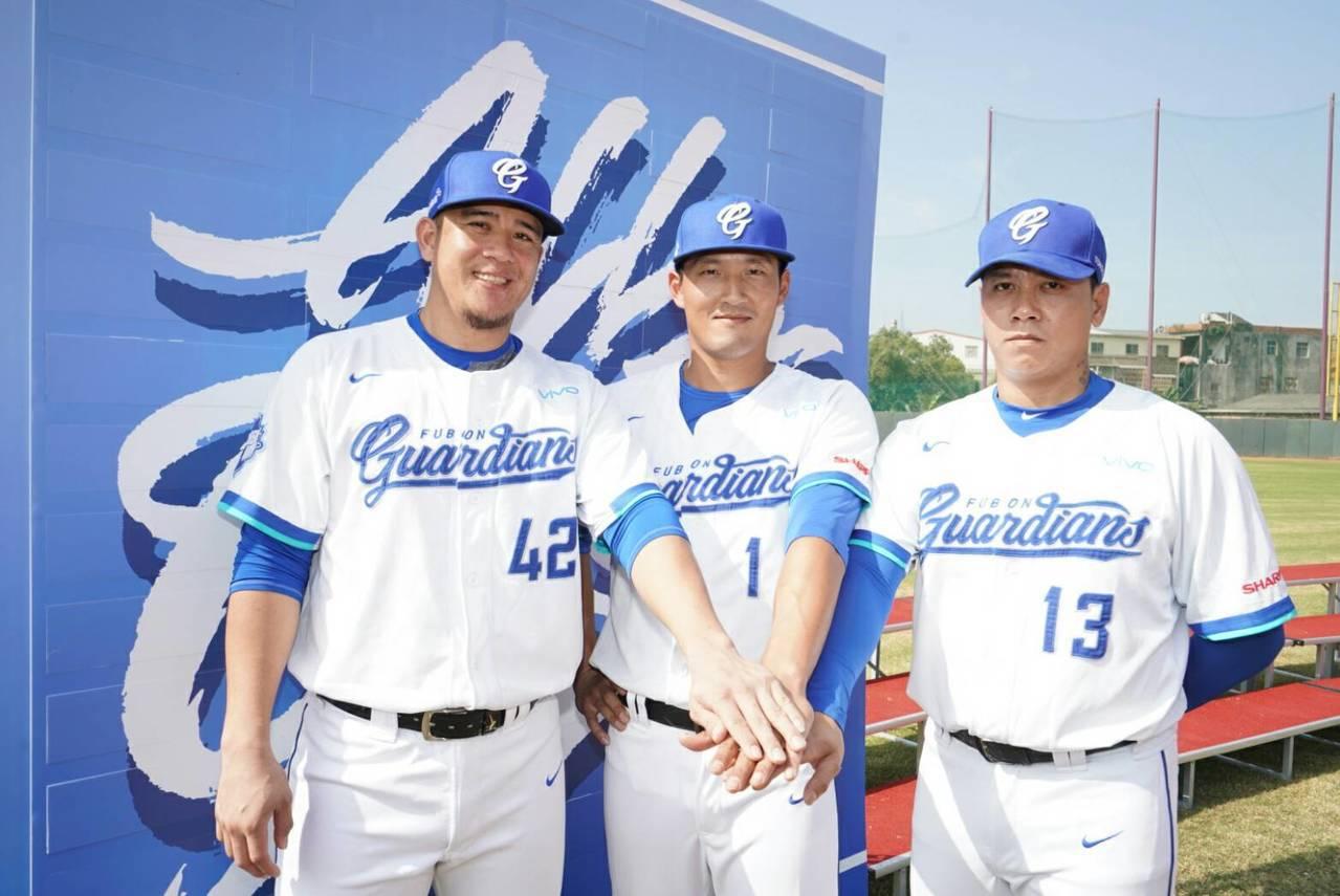 富邦悍將2019年隊長林哲瑄(中)、副隊長陳鴻文(右)、蔣智賢(左)。 富邦悍將...