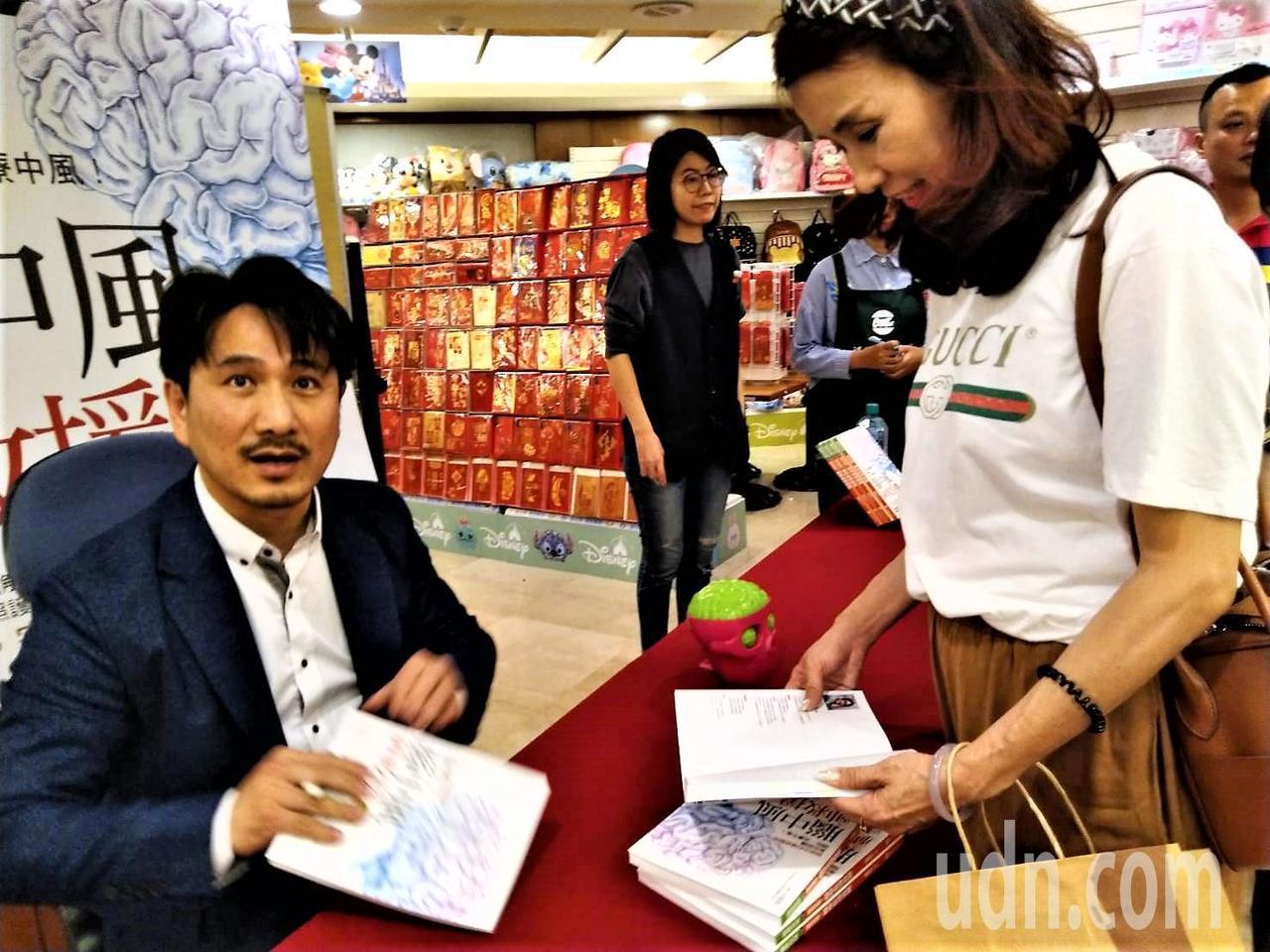 台中榮總醫師崔源生(左)出版「腦中風神救援」一書,昨舉辦簽書會。記者黃寅/攝影