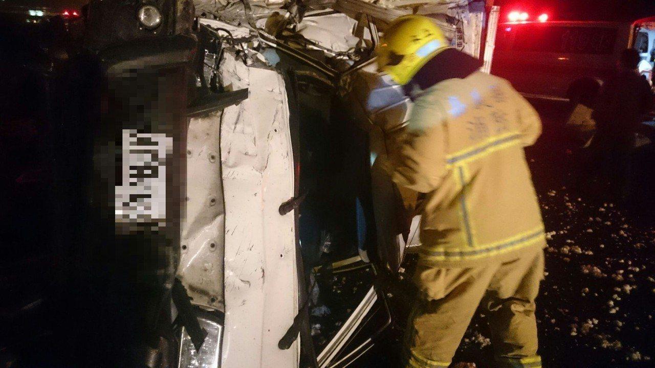 貨車翻覆在中山高上丶 車體變形,消防員用破壞器材破壞車體救出傷者。記者卜敏正/翻...