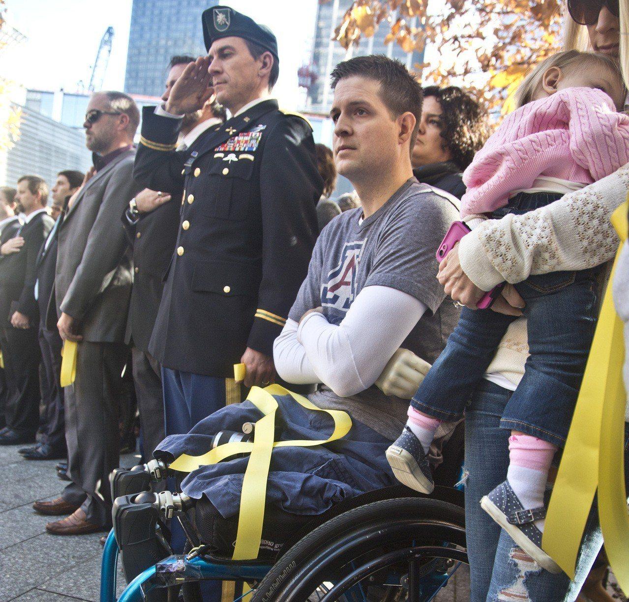 雙腿和右臂均遭截肢的美國空軍退伍軍人科爾法奇為挺川普築牆,近一個月來募集到200...