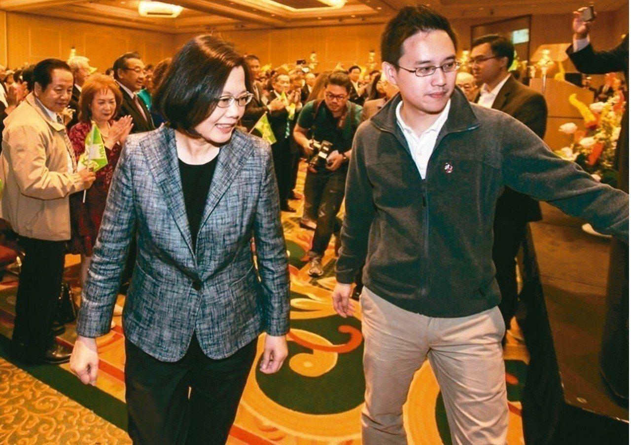 蔡英文總統(左起)與口譯哥趙怡翔。報系資料照