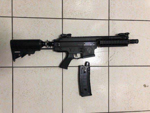 海巡特勤隊員配備的TGR2鎮暴槍。偵防分署提供