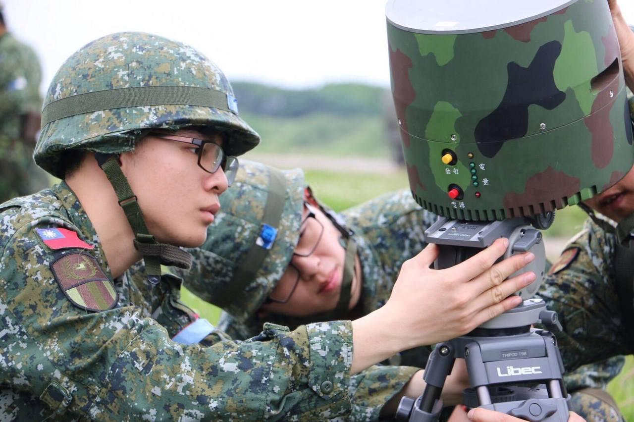 中科院研發被外界稱為攜行式「反北斗定位」的「簡易型定位導引防護器」,已配發到軍中...