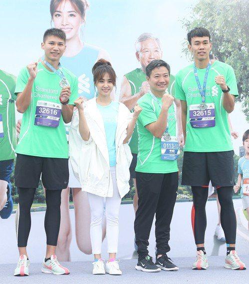 向俊賢(左起)、活動代言人蔡依林、渣打銀行總經理林遠棟、陳奎儒。記者余承翰/攝影