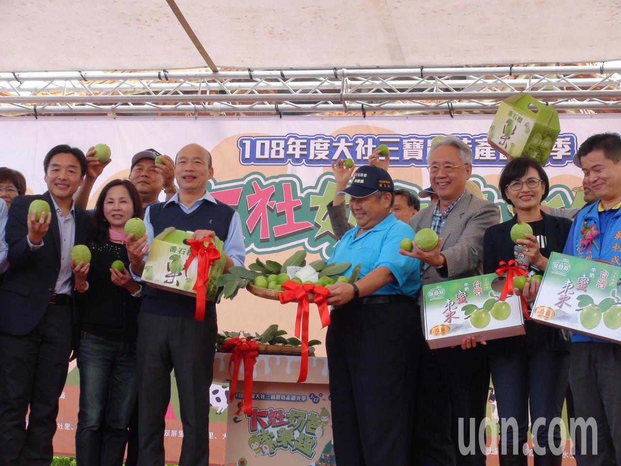 高雄市長韓國瑜到大社促銷蜜棗、芭樂。記者謝梅芬/攝影