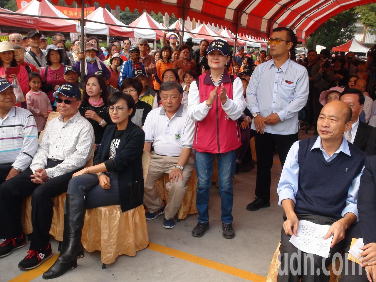 高雄市長韓國瑜今天上午到大社促銷蜜棗,和立委邱議瑩隔著走道,沒有交談。記者謝梅芬...