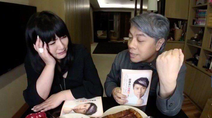 蔡康永(右)出書也選擇上唐綺陽的直播,沒上任何電視通告。圖/翻攝自臉書