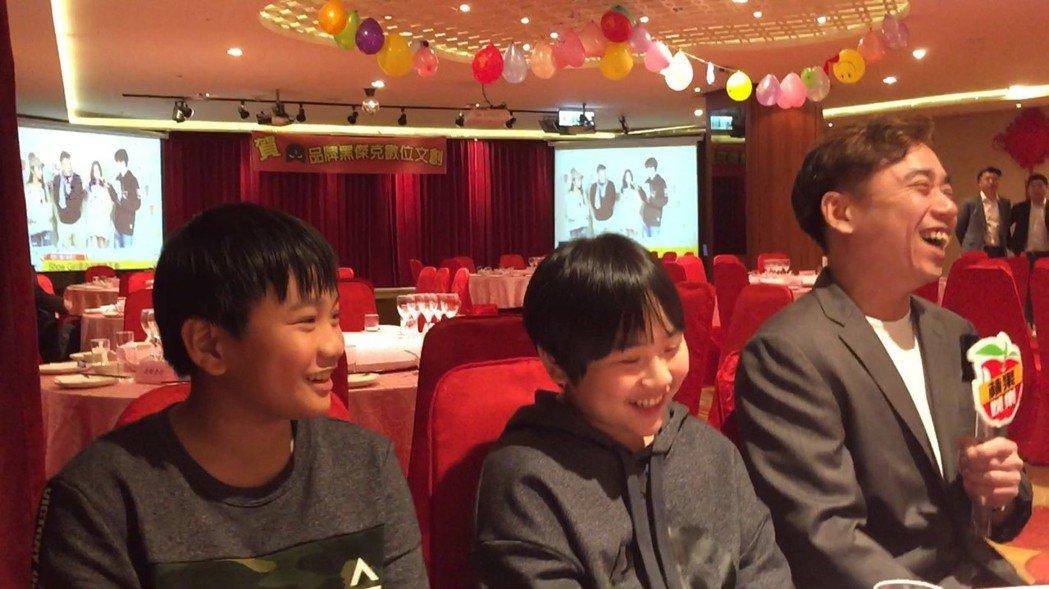 小彬彬(右起)轉戰網路節目,帶兒子小小彬、迷你彬出席記者會。記者陳慧貞/攝影