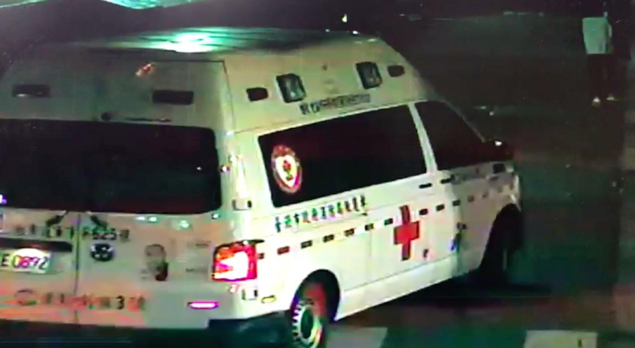 男子胸口中刀倒臥巷弄,經救護人員送醫急救,目前在加護病房觀察中。記者蕭雅娟/翻攝
