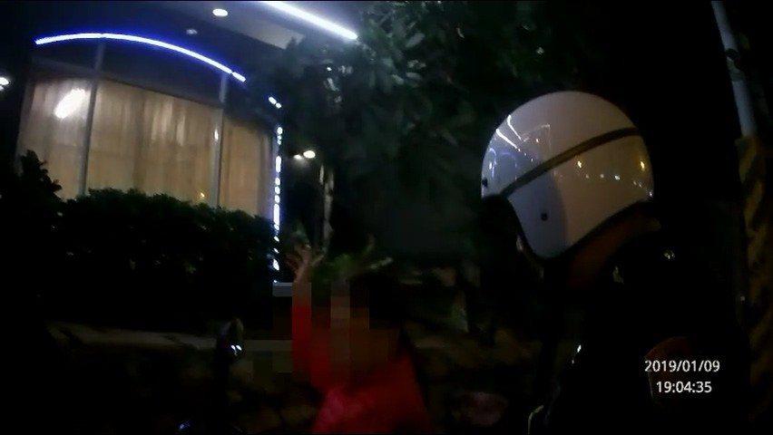 鳳山分局警方臨檢發現阮女(左)逾期居留。記者林伯驊/翻攝