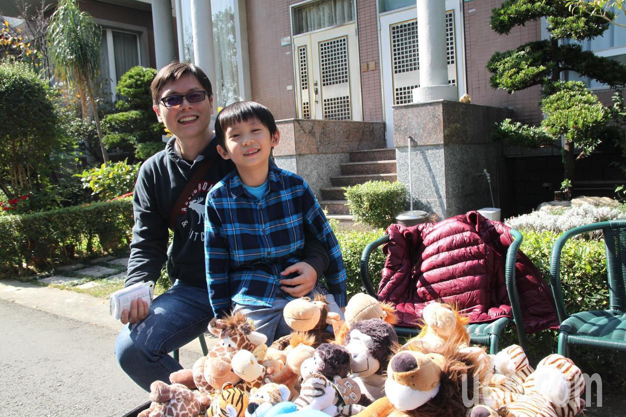 台中市北屯區的高級別墅社區「擁翠別墅」今上午舉辦跳蚤市場公益義,一位父親帶著小孩...