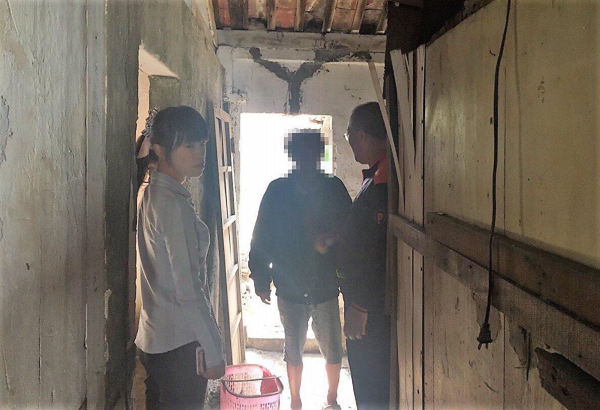 朴子市長吳品叡(左)今天上午透過楊石旭臉書,得知阿福的狀況,立即到阿福家中關心並...