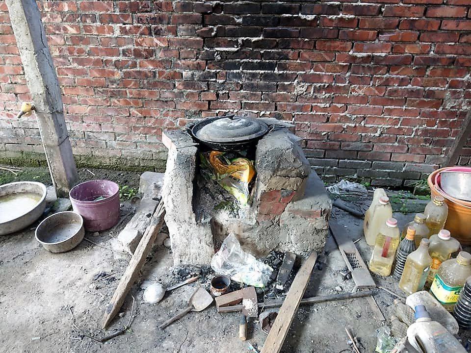 阿福平日都以土灶生火煮大鍋菜作為三餐,天氣太冷就用土灶燒熱水洗澡。圖/楊石旭提供