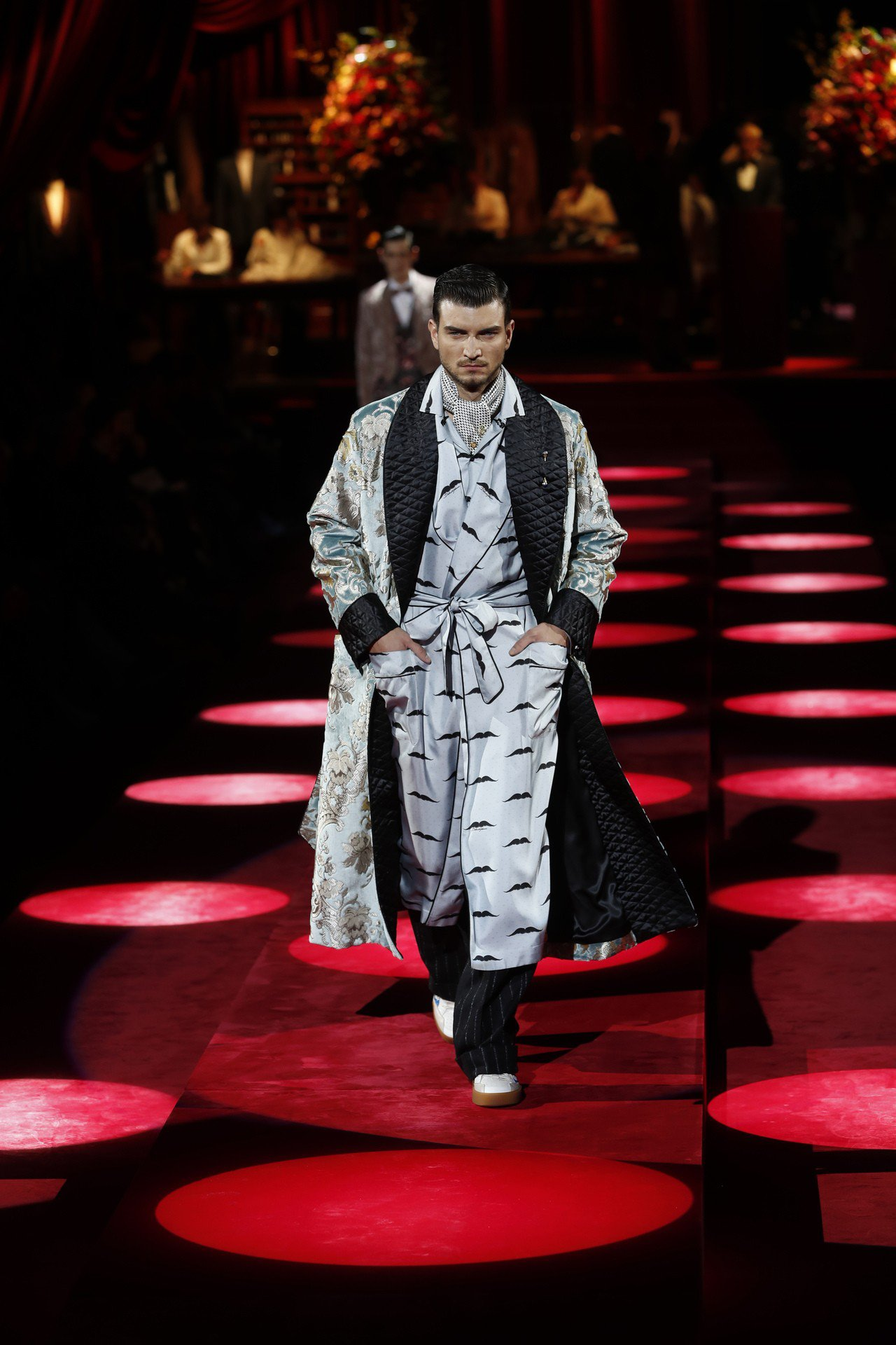 說到奢華男裝,少有人能像Dolce & Gabbana這樣的浮誇,以繁複刺繡和絲...