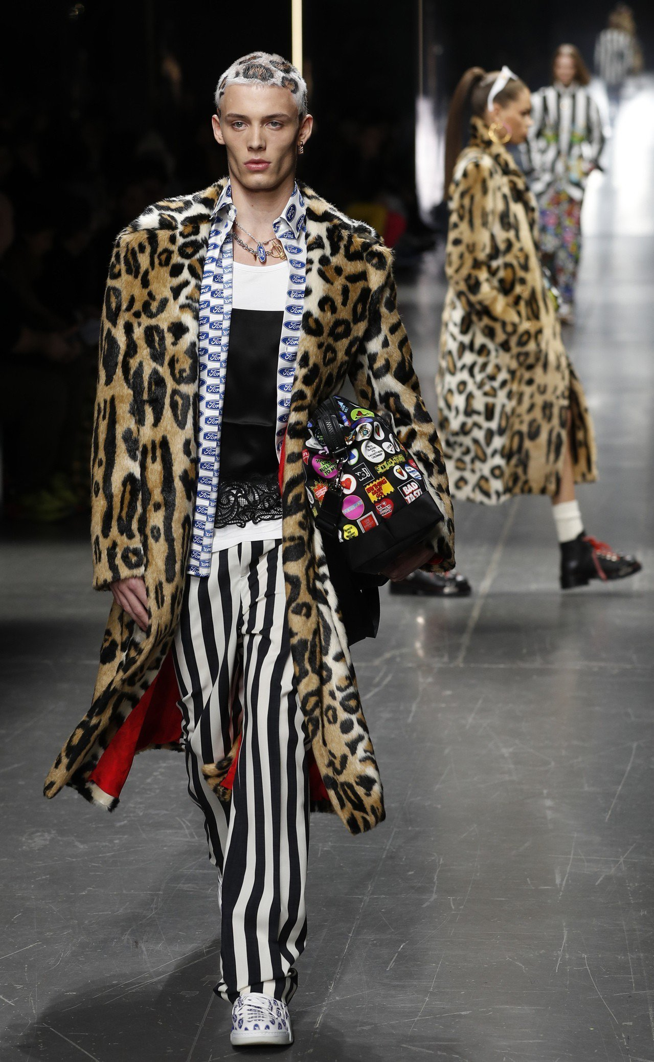 同樣是打破服裝界線的概念,Versace 2019秋冬男裝有著豹紋元素,甚至上衣...