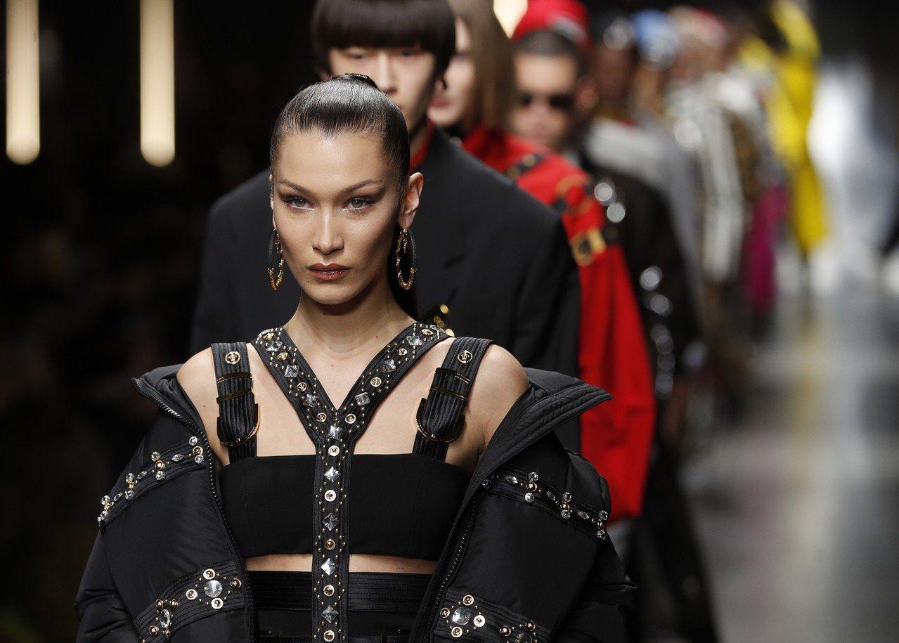 超模Bella Hadid也前來力挺Versace的2019秋冬男裝發表。圖/美...