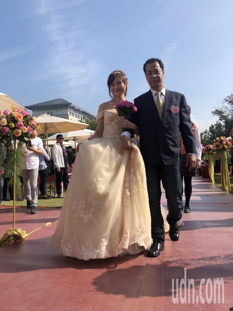 嘉義市第37屆市民集團婚禮今天上午在文化局廣場登場,40對新人走紅毯互許鍾愛一生...