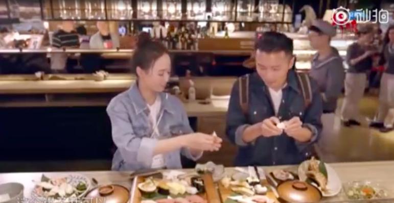 張鈞甯(左)幫謝霆鋒剝螃蟹腳。圖/摘自秒拍
