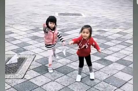 楊銘威在IG動態上PO出女兒Mia玩紙飛機的動圖,仔細一看旁邊的小女孩正是Mia的好朋友咘咘,而咘咘不忘「公主風」,脖子上掛著一條長長的項鍊;相較之下Mia就很率性,因楊銘威另一組照片中,Mia開玩...