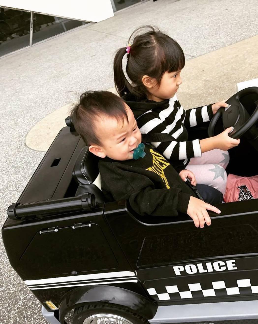Mia開玩具車載弟弟。圖/摘自IG