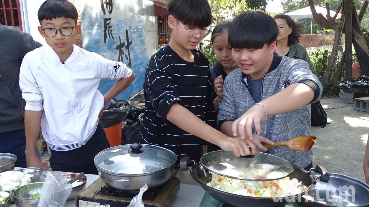 學生們親下廚烹煮料理感恩媽媽、阿嬤。記者謝進盛/攝影