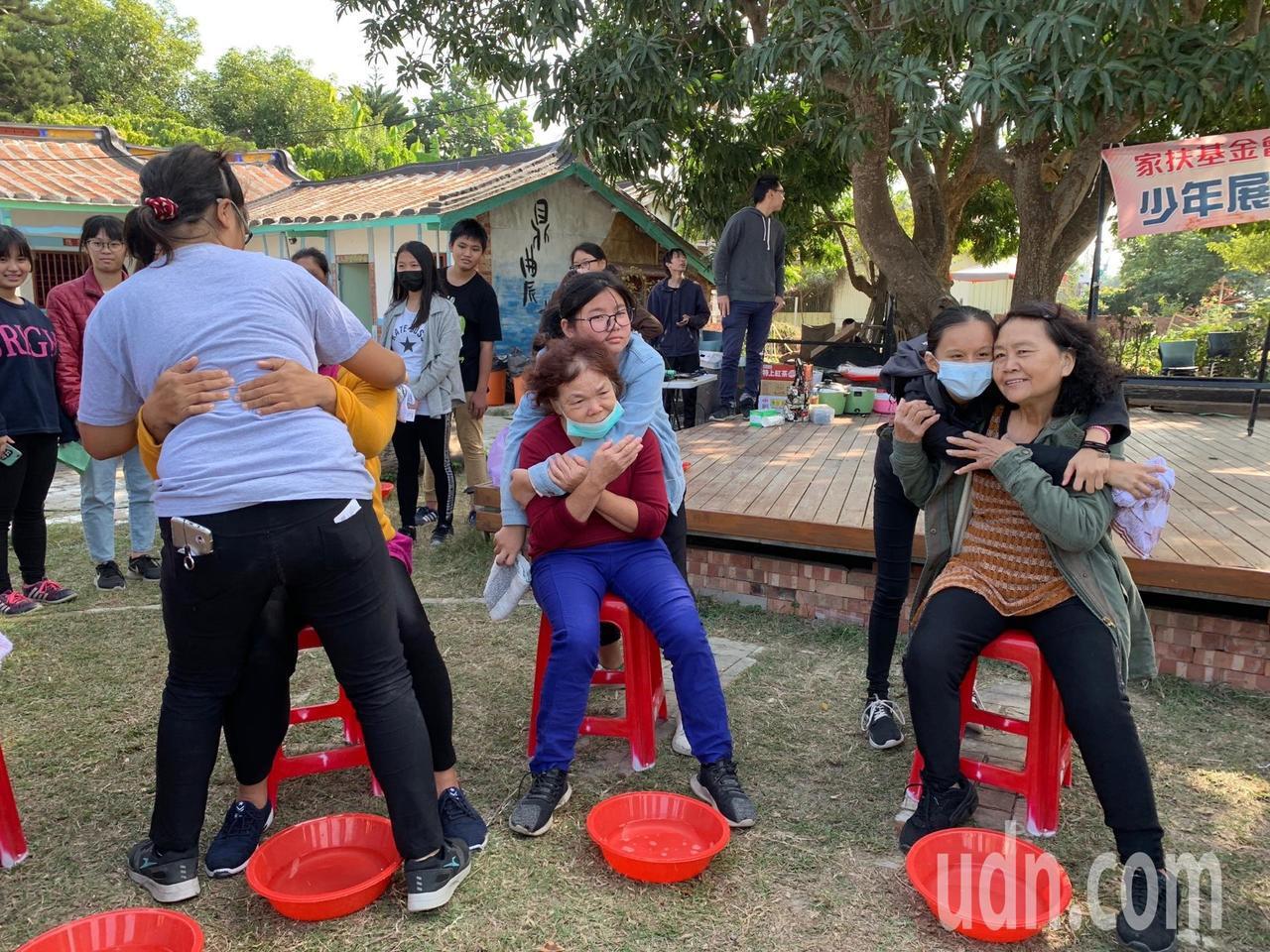 北台南家扶中心培力活動今結業,與會學子熱情擁抱媽媽或阿嬤。記者謝進盛/攝影