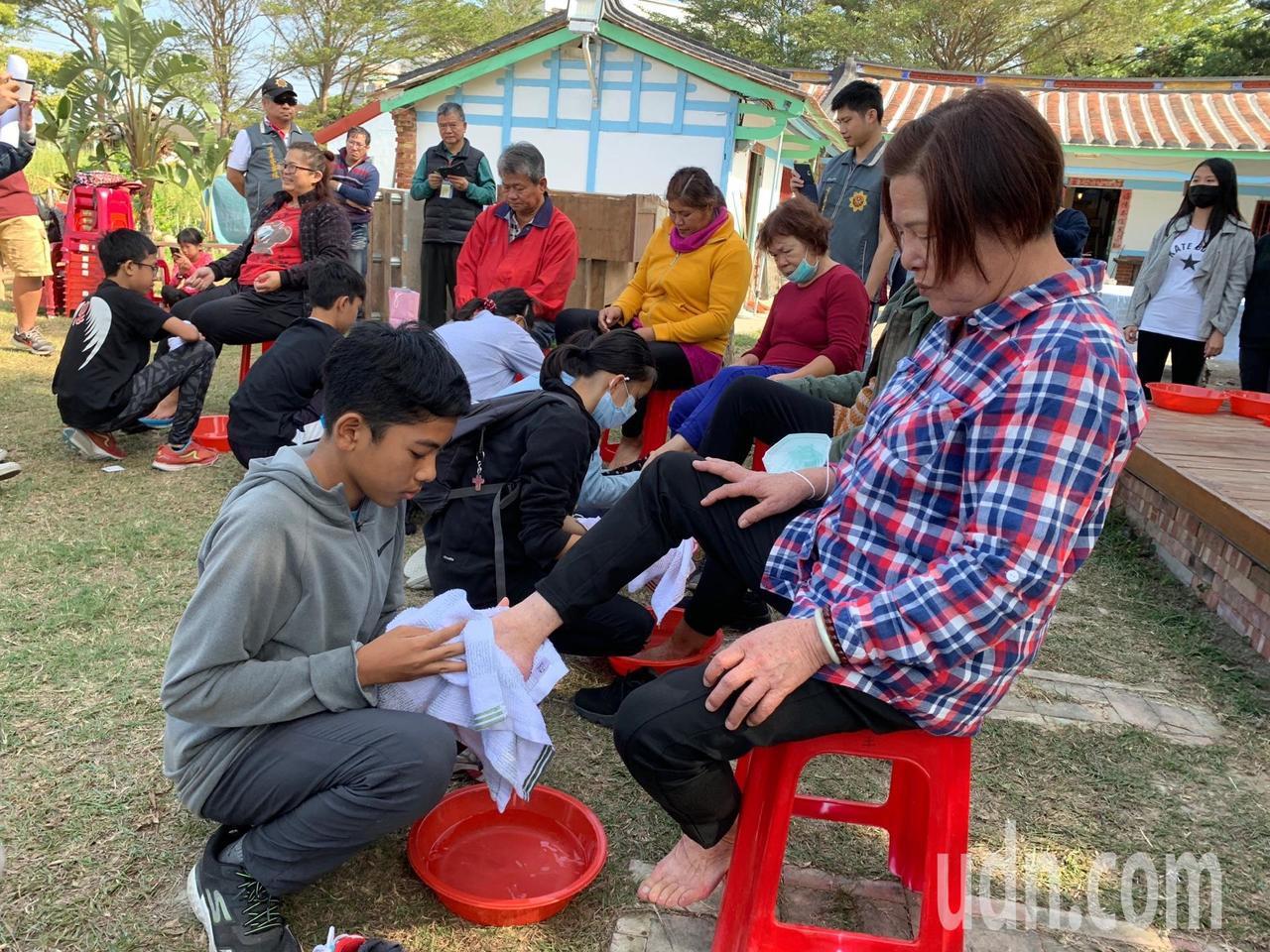 展現孝道,學生們為撫養長大的媽媽、阿嬤洗腳。記者謝進盛/攝影