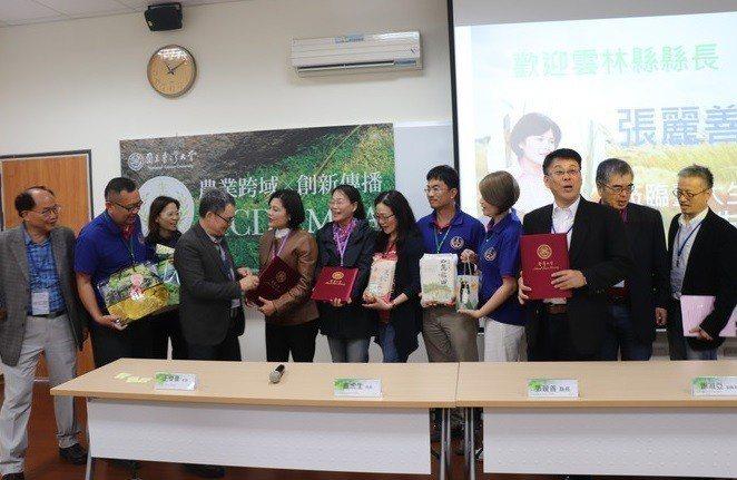 台灣大學生物產業傳播暨發展學系碩士在職專班今招生,招生說明會吸引不少人到場,雲林...