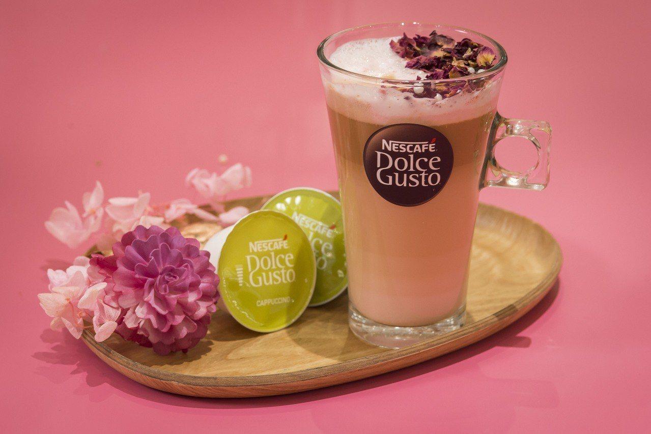 搭配新機上市特別研發一款粉紅玫瑰拿鐵特調,用咖啡機加上草莓醬、玫瑰花瓣就能輕鬆完...