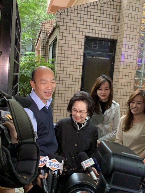 高雄市長韓國瑜禮聘愛情作家瓊瑤作為他愛情產業鏈的總顧問,今天下午韓國瑜帶著女兒韓冰親自拜會瓊瑤。瓊瑤下午四點在大門口迎接市長,一見到韓國瑜展现小粉絲的心情,高喊:「偶像來了」,韓國瑜也熱情上前握手。
