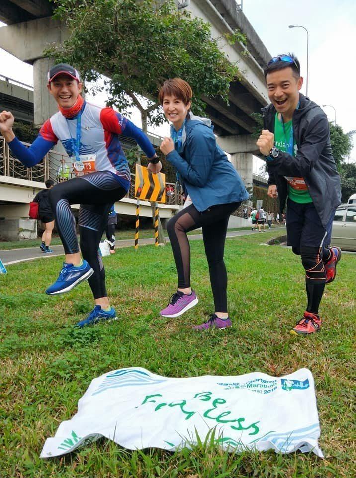 何戎(左起)、夏嘉璐及岑永康一起參加「2019渣打臺北公益馬拉松」。圖/摘自臉書