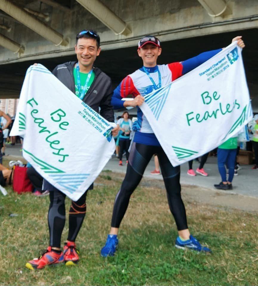 岑永康(左)與何戎20日一起參加「2019渣打臺北公益馬拉松」。圖/摘自臉書