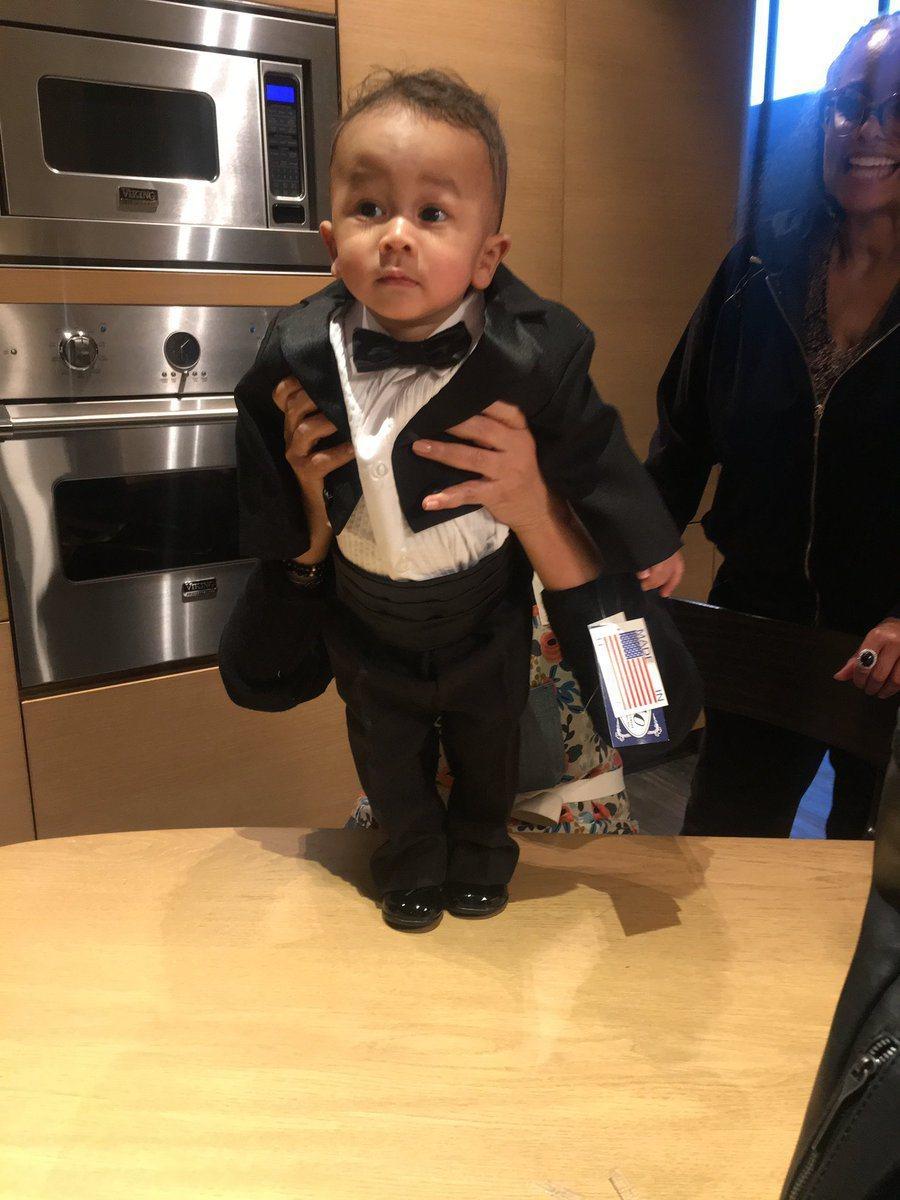 克莉絲汀泰根為7個月大的兒子邁爾斯精心打扮,跟爸爸約翰傳奇長得完全一模一樣。圖/...