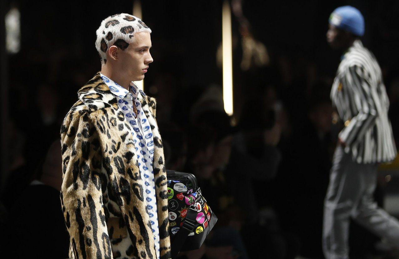 巴西男模João Knorr的豹紋頭搭配豹紋外套,成為了米蘭男裝周期間,另一個話...