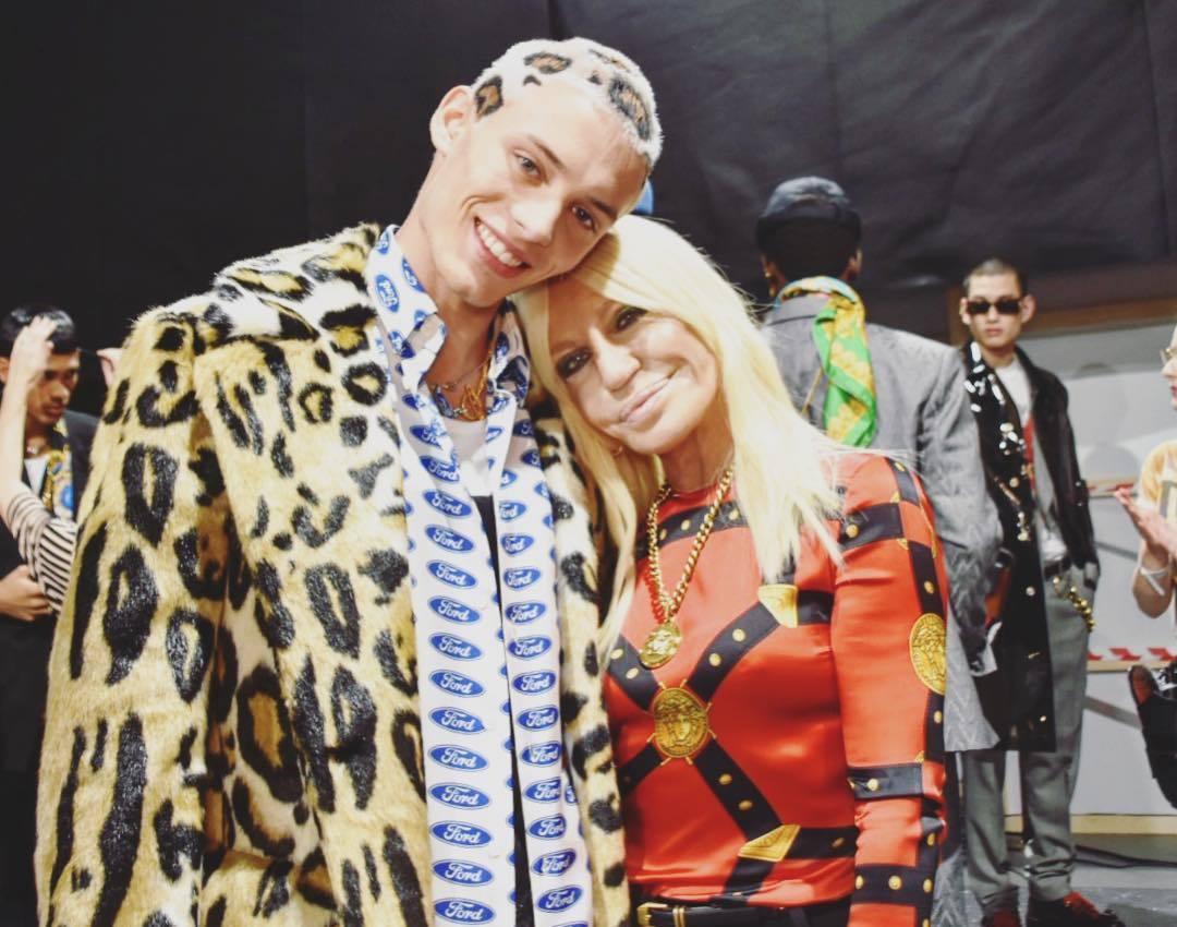染著豹紋頭的男模開心與Versace創意總監Donatella Versace合...