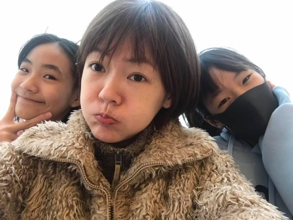 小S(中)在臉書Po出和女兒比少女的俏皮照。圖/摘自臉書